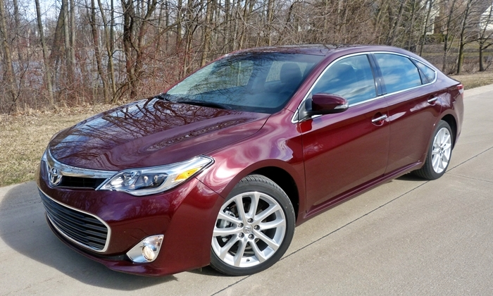 Toyota Avalon Photos: 2013 Toyota Avalon XLE Touring front quarter close
