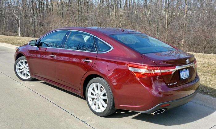 Toyota Avalon Photos: 2013 Toyota Avalon XLE Touring rear quarter close