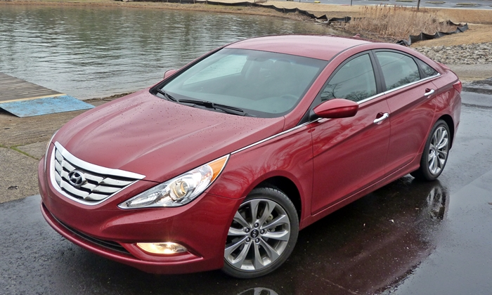 Hyundai Sonata Photos: 2013 Hyundai Sonata SE front quarter view high