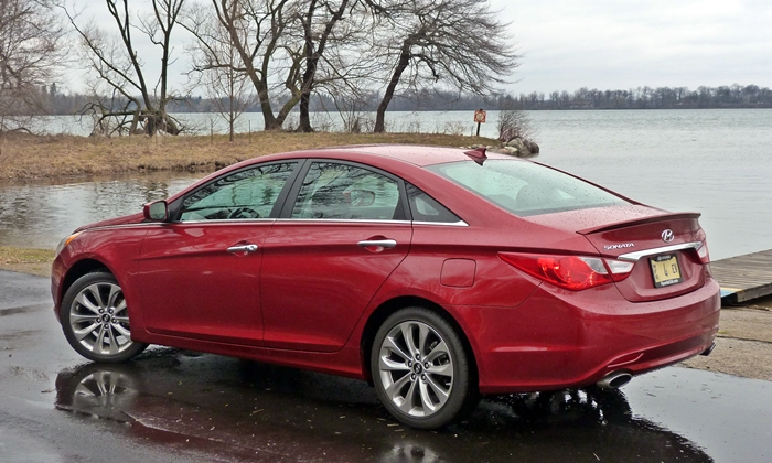 Sonata Reviews: 2013 Hyundai Sonata SE rear quarter view