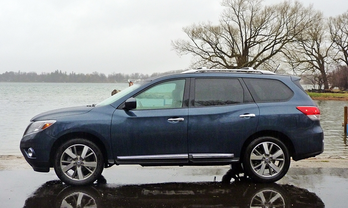 Nissan Pathfinder Photos: 2013 Nissan Pathfinder Platinum side