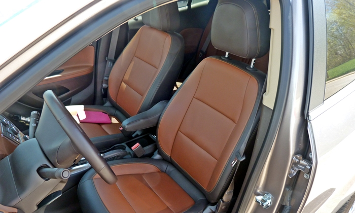 Buick Encore Photos: Buick Encore front seat