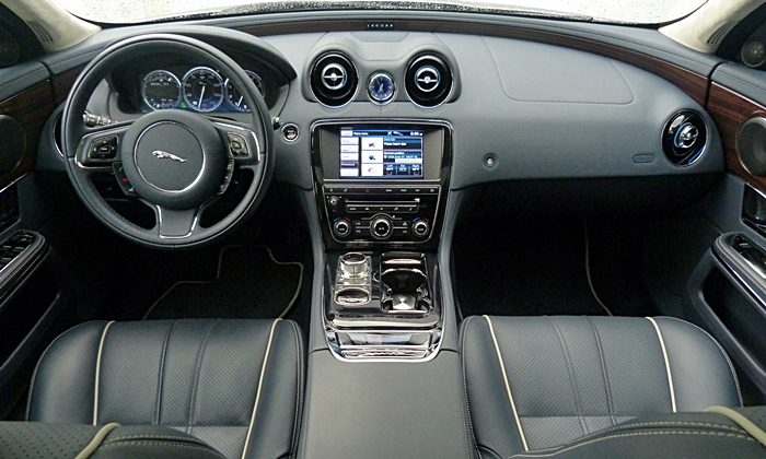 Jaguar XJ Photos: 2013 Jaguar XJ instrument panel full width