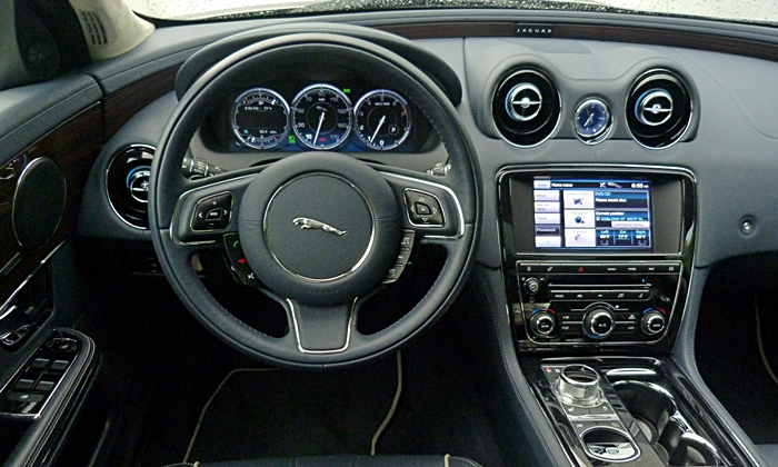 XJ Reviews: 2013 Jaguar XJ instrument panel