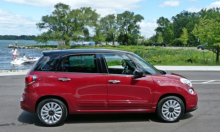 Fiat 500L Photos: FIAT 500L side view