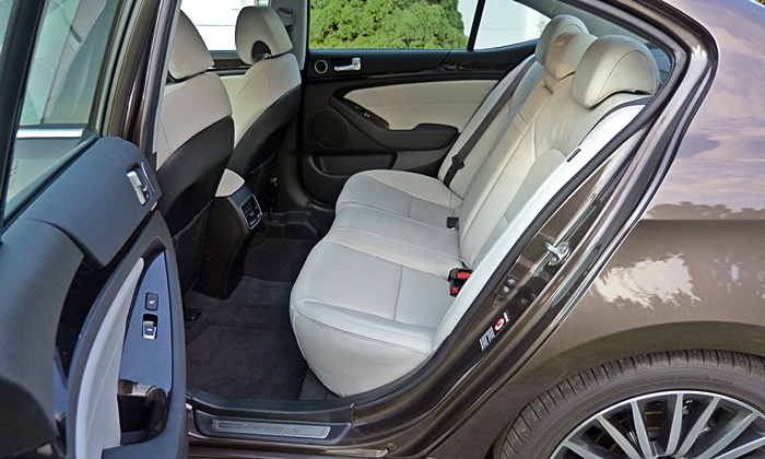 Cadenza Reviews: Cadenza rear seat