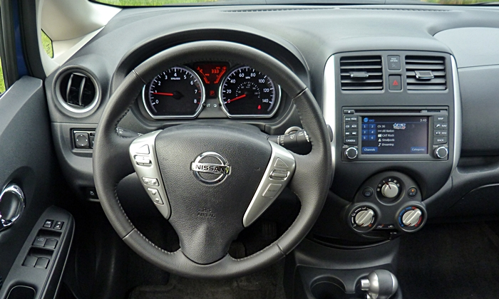Nissan Versa Note Photos: Nissan Versa Note instrument panel