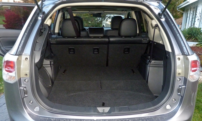 Mitsubishi Outlander Photos: 2014 Outlander GT cargo area third row folded