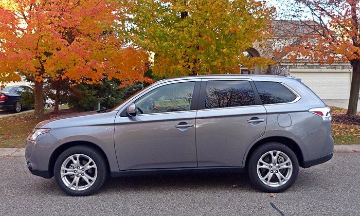 Mitsubishi Outlander Photos: 2014 Mitsubishi Outlander GT side view