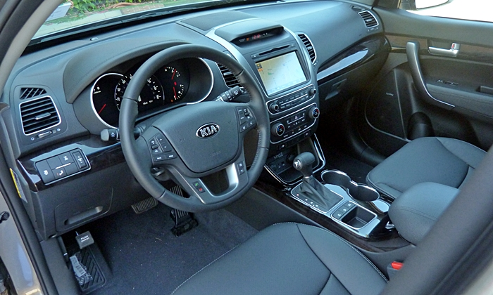 Mitsubishi Outlander Photos: 2014 Kia Sorento SX interior