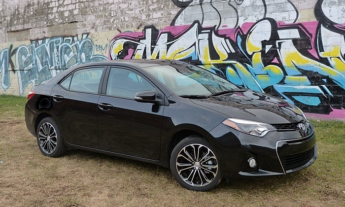 2014 Toyota Corolla S front quarter view