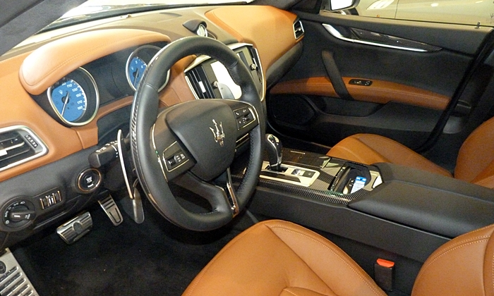 Ghibli Reviews: Maserati Ghibli interior in saddle brown / black