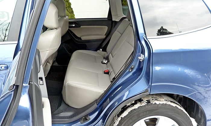 Subaru Forester Photos: Subaru Forester 2.5i rear seat