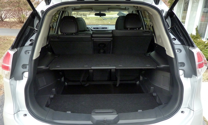 Nissan Rogue Photos: Nissan Rogue cargo area with shelft