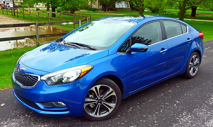 Nissan Sentra Photos: 2014 Kia Forte front quarter view