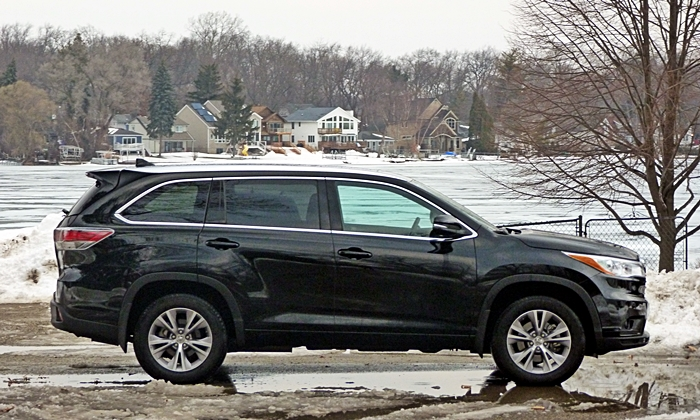 BMW X5 Photos: Toyota Highlander side view