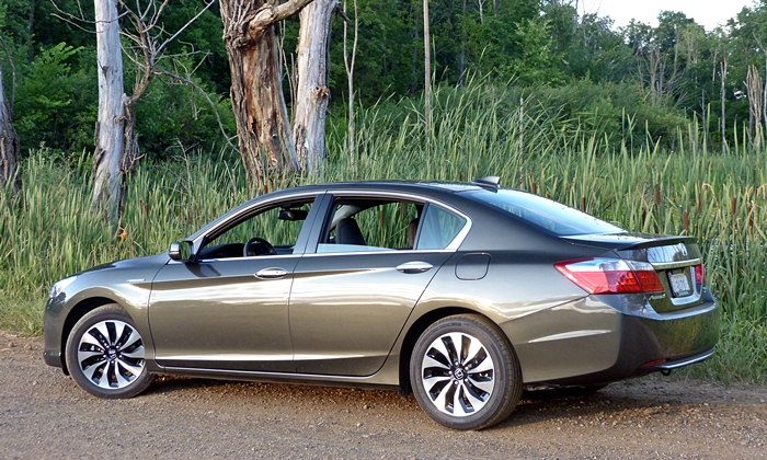 Honda Accord Photos: 2014 Honda Accord Hybrid rear quarter view