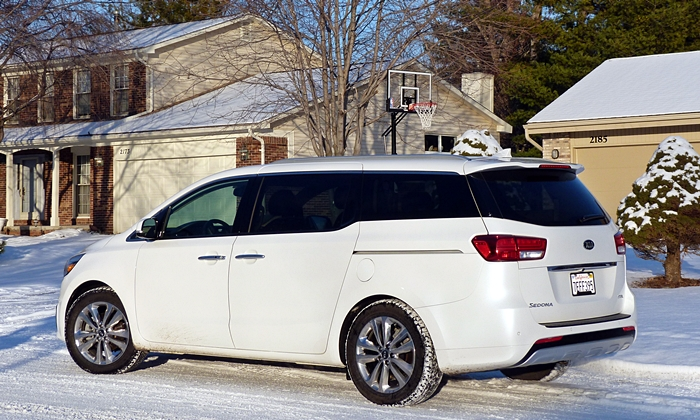 Sedona Reviews: Kia Sedona SXL rear quarter
