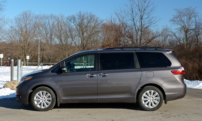 Toyota Sienna Photos: Toyota Sienna side view