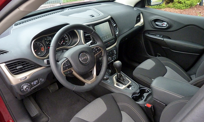 Subaru Outback Photos: Jeep Cherokee Latitude interior