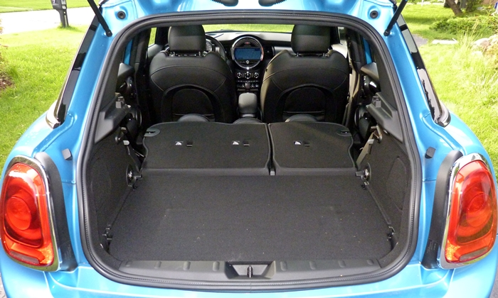 Mini Hardtop Photos: Mini Hardtop 4 Door cargo area seats folded