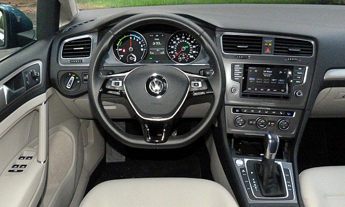 Golf / GTI Reviews: Volkswagen e-Golf instrument panel