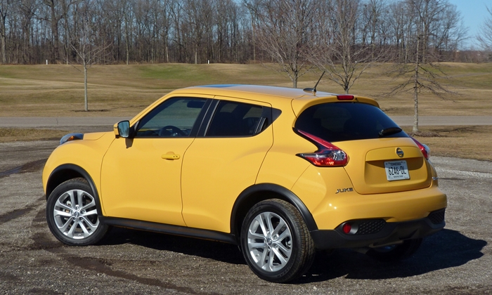 Mazda CX-3 Photos: Nissan JUKE rear quarter view