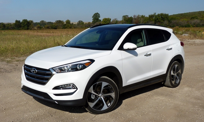 Hyundai Tucson Photos: Hyundai Tucson Limited front quarter view