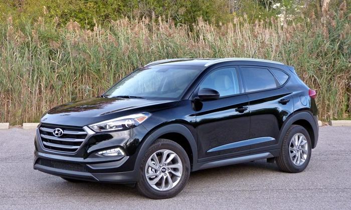 Hyundai Tucson SE front quarter view