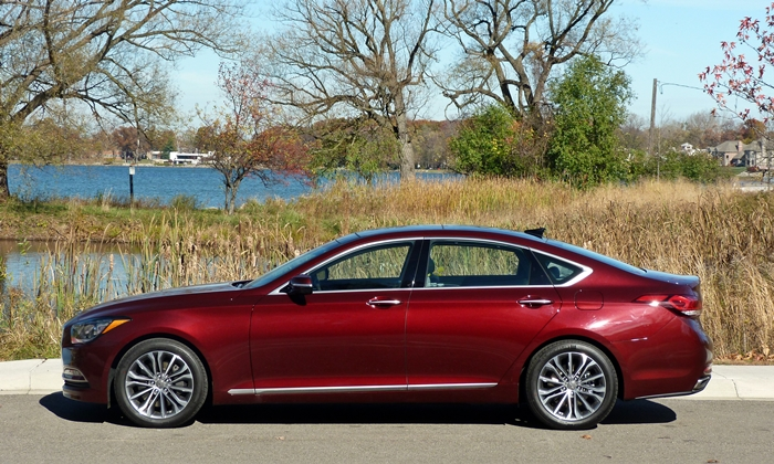Hyundai Genesis Photos: Hyundai Genesis side view
