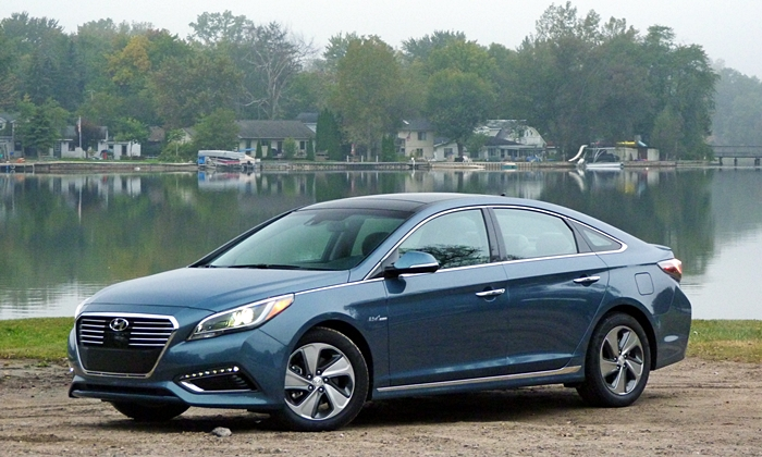 Sonata Reviews: 2016 Hyundai Sonata Hybrid front quarter view