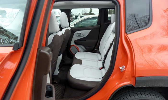 Jeep Renegade Photos: Jeep Renegade rear seat