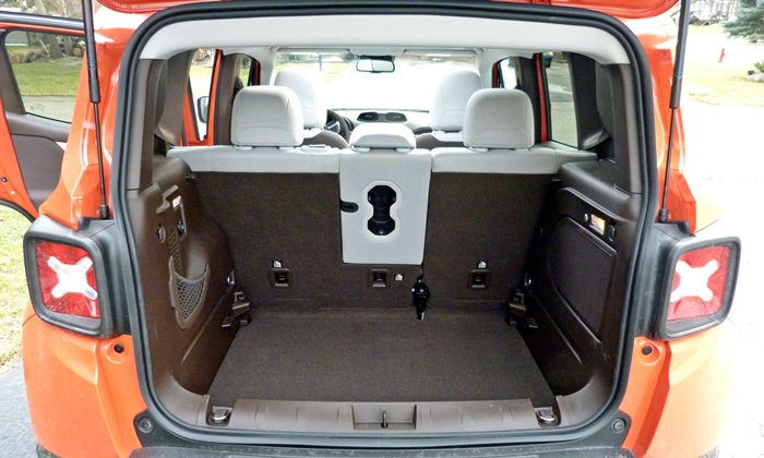 Jeep Renegade Photos: Jeep Renegade cargo area