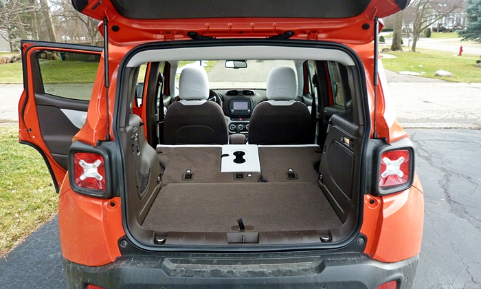 Jeep Renegade Photos: Jeep Renegade cargo area seats folded