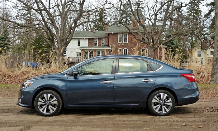 Nissan Sentra Photos: Nissan Sentra side view