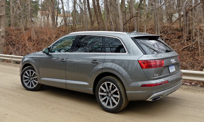 Q7 Reviews: Audi Q7 rear quarter view
