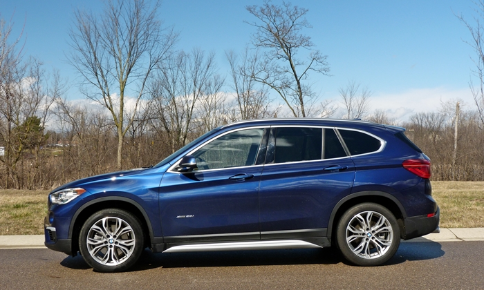 BMW X1 Photos: 2016 BMW X1 side view