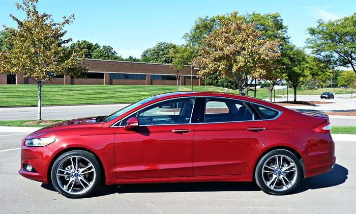 Chevrolet Malibu Photos: Ford Fusion side view
