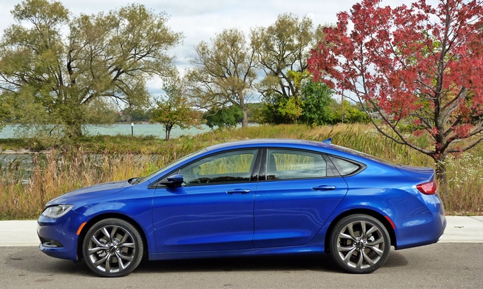 Chevrolet Malibu Photos: Chrysler 200 side view