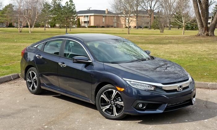 Chevrolet Cruze Photos: Honda Civic front quarter view