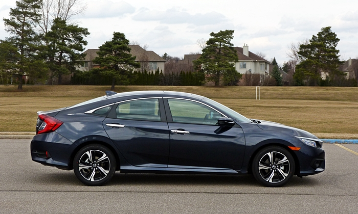 Chevrolet Cruze Photos: Honda Civic side view