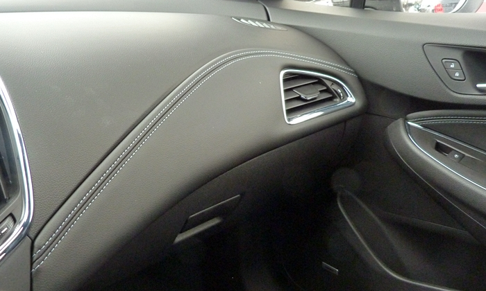 Chevrolet Cruze Photos: Chevrolet Cruze instrument panel trim detail