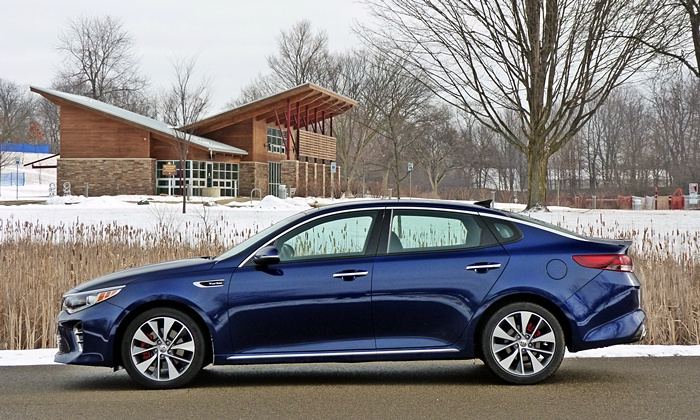 Kia Optima Photos: Kia Optima side view