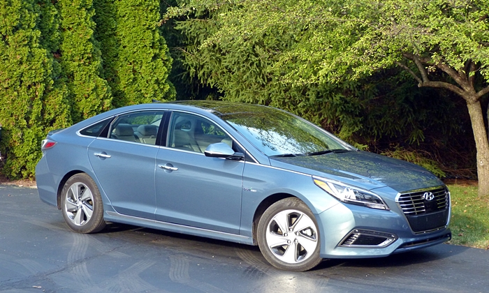 Kia Optima Photos: Hyundai Sonata front quarter view