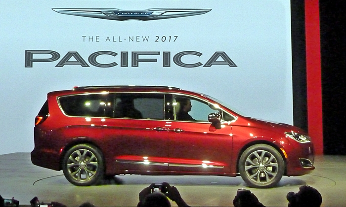 Chrysler Pacifica Photos: 2017 Chrysler Pacifica Limited side view