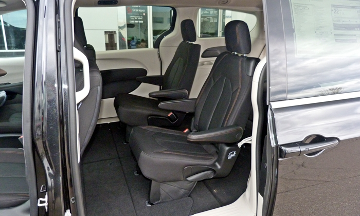 Pacifica Reviews: 2017 Chrysler Pacifica second-row seats
