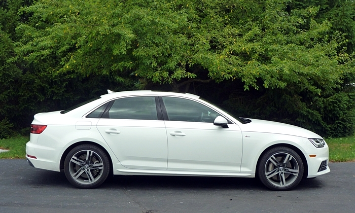 Audi A4 / S4 / RS4 Photos: 2017 Audi A4 side view