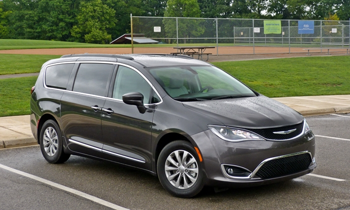 2017 Chrysler Pacifica front quarter view
