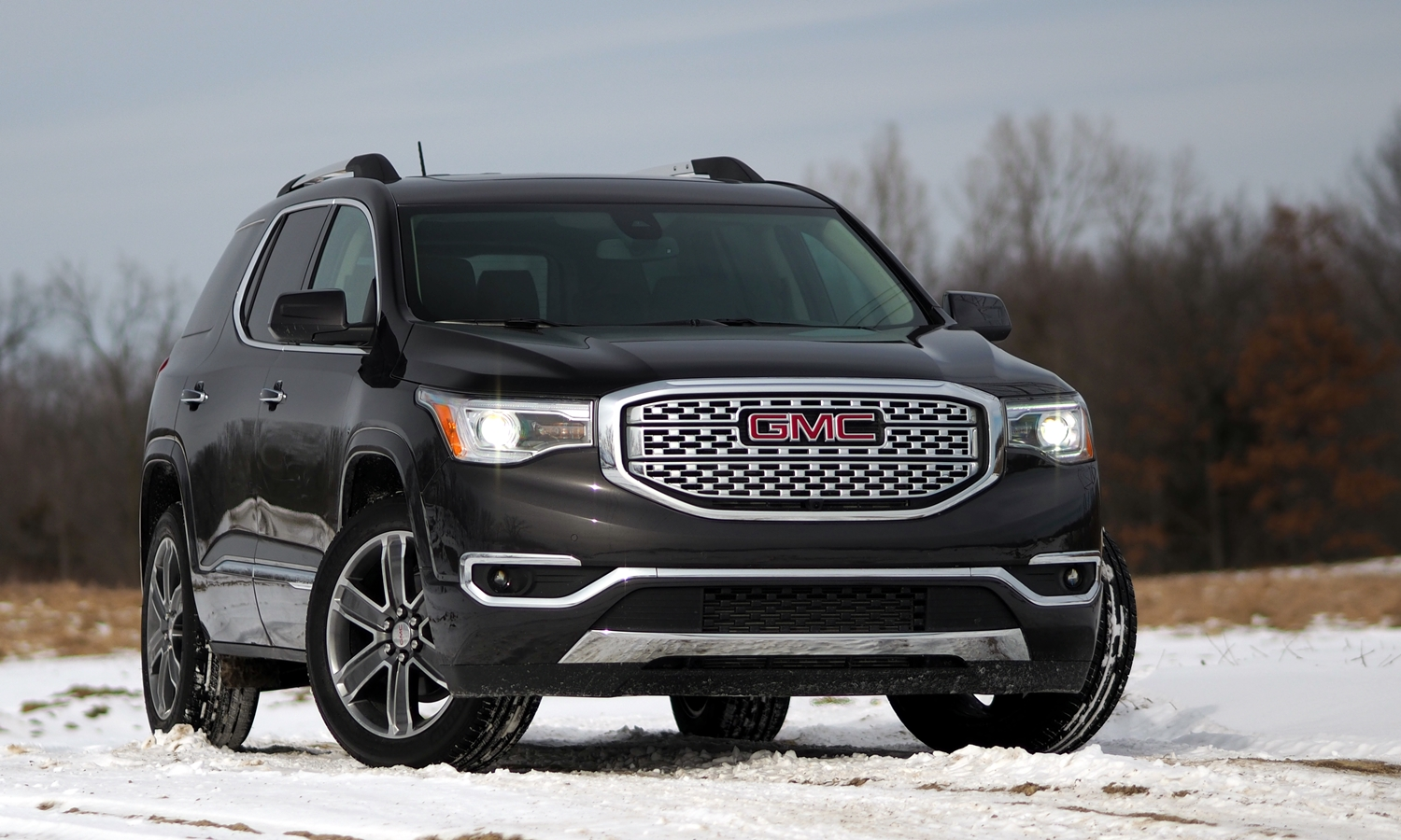 GMC Acadia Photos: 2017 GMC Acadia front angle view 1