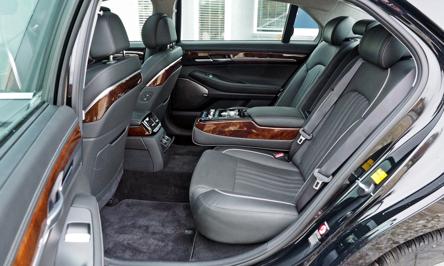 G90 Reviews: 2017 Genesis G90 rear seat, armrest down